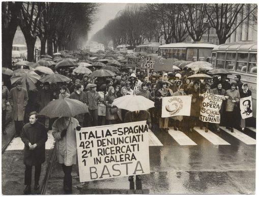 Torino, il corteo degli studenti in Corso Vinzaglio si dirige verso Via Cernaia, 1968. Ghidoni/ Archivio Storico della Città di Torino