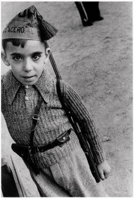 Jongetje met pet van de  staalbataljons  van de Unie van Proletarische  Broeders, Madrid, oktober  1936 © Chim (David  Seymour), Magnum  Photos. Courtesy  Chim  Estate