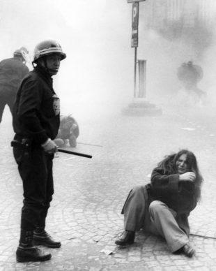 Parigi, una giovane studentessa a terra durante gli scontri in una manifestazione, 1 maggio, 1968. AFP