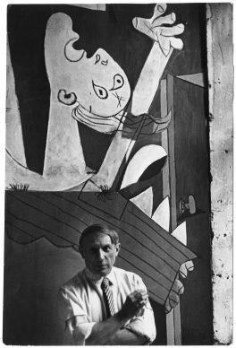 Picasso voor  zijn  schilderij  Guernica, Parijs, 1937 © Chim (David  Seymour), Magnum  Photos. Courtesy  Chim Estate