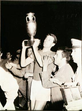 Roma, Giacinto Facchetti, capitano della Nazionale, alza la coppa dei campionati europei vinti a Roma contro la Jugoslavia, 10 giugno, 1968. AGI