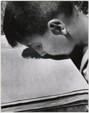 Jongen leest brailleboek  met  zijn  lippen, Villa  Savoia, Rome, 1948 © Chim  (David  Seymour), Magnum Photos. Courtesy  Chim  Estate
