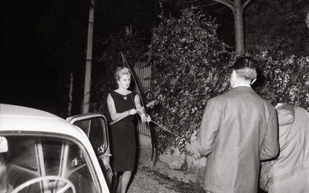 Marcello Geppetti, Anita Ekberg con arco e frecce, 20 ottobre 1960