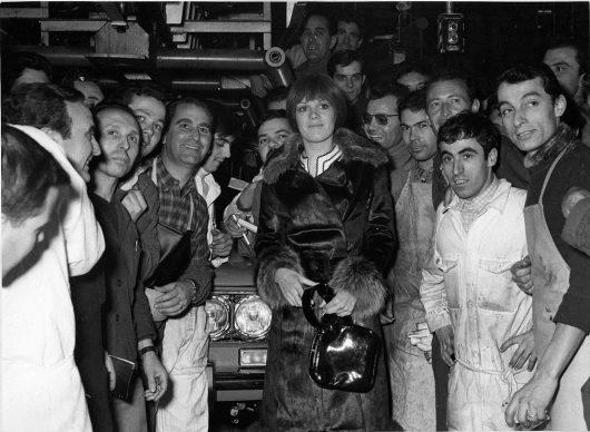 Torino, Caterina Caselli in visita presso lo stabilimento Fiat Mirafiori, 1968. Centro Storico Fiat.