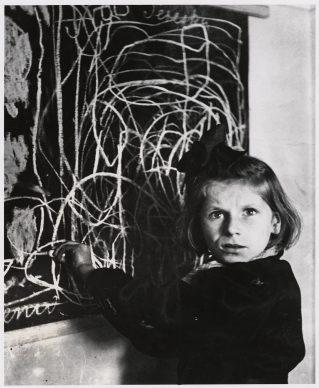 Tereska, een meisje  in een tehuis voor  getraumatiseerde kinderen, bij  haar tekening  van 'thuis',  Warschau, 1948 © Chim  (David  Seymour), Magnum  Photos. Courtesy  Chim  Estate