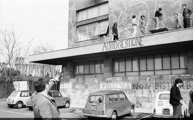 Roma, il pittore Renato Guttuso insieme ad alcuni studenti della Facoltà di Architettura, 28 febbraio, 1968. AGI