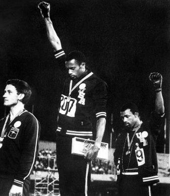 Città del Messico, Tommie Smith e John Carlos protestano contro il trattamento dei neri negli Stati Uniti nel corso della cerimonia di premiazione alle Olimpiadi, 16 ottobre, 1968. EPU/AFP