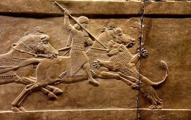 Il re assiro Ashurbanipal a cavallo trafigge con la lancia la testa di un leone, bassorilievo, 645-635 a.C. circa, British Museum, Londra