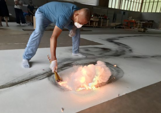 Cai Guo-Qiang during  the creation  of Color Gunpowder Drawing  for City of Flowers  in the Sky: Daytime Explosion Event for Florence,  2018 - Photo by Sang Luo, courtesy Cai  Studio