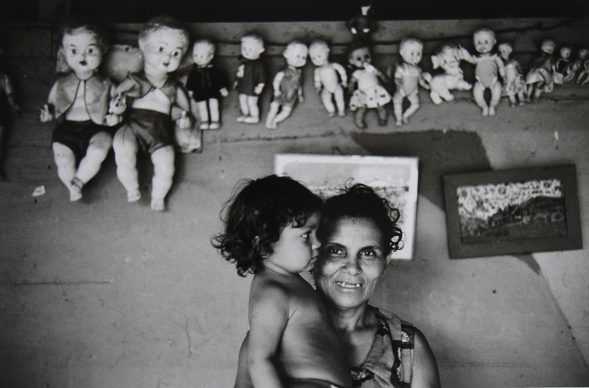 Lisetta Carmi, Venezuela, Venditrice di Bambole,1969 @Lisetta Carmi, courtesy Martini & Ronchetti .JPG