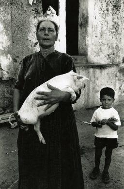 Lisetta Carmi, Sardegna, donna con maialino, Irgoli, 1962,©Lisetta Carmi, courtesy Martini & Ronchetti