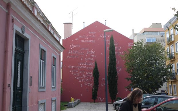 Opiemme, murale calligramma Pessoa e Saramago, Lisbona, 2018
