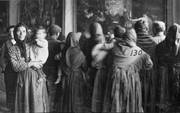 """""""Group of spectators in front of a copy , by Velázquez, Cebreros, Ávila, 1317 de noviembre de 1932"""" Madrid, Archivo fotográfico de la Residencia de Estudiantes"""