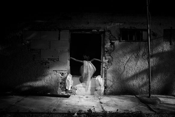 Paolo Pellegrin, Angelina gioca in casa dI sua nonna Sevla.  Roma. Luglio 2015. © PAOLO PELLEGRIN/MAGNUM PHOTOS