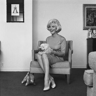 Marilyn Monroe con le scarpe di Salvatore Ferragamo Décolleté, 1961, raso rosa, insieme al cane Maf Honey, Hotel Beverly Hills, 1961 © Eric Skipsey / mptvimages.com