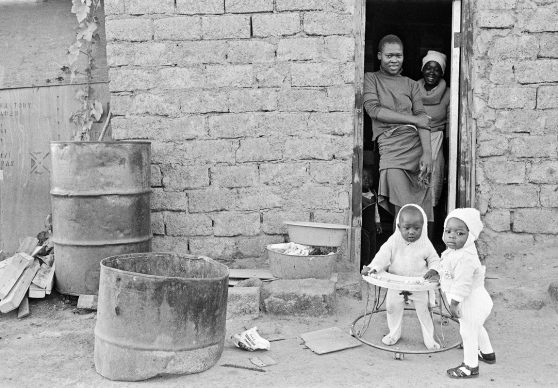 Occupanti abusivi di una casa a nord di Pretoria, Johannesburg, Sud Africa, 1985 © courtesy UN Photo/Marc Vanappelghem;