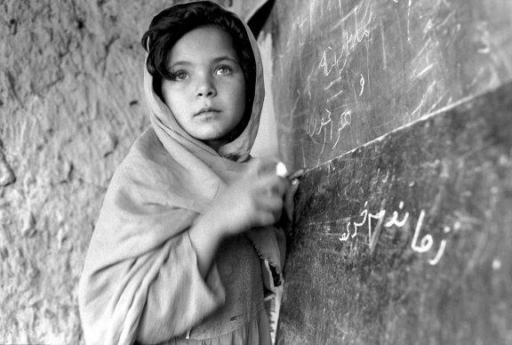 Ragazzina afgana frequenta una delle migliaia di scuole di base costruite nei villaggi con l'aiuto dell'ONU,  Nangarhar, Afghanistan, 24 aprile 2008 © courtesy UN Photo/Roger Lemoyne;