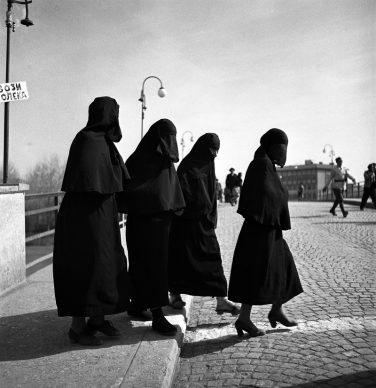 Donne turche attraversano la strada in una città macedone in Jugoslavia, 1947 © courtesy UN Photo