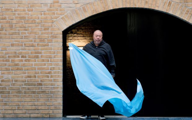 Ai Weiwei e la bandiera Fly the Flag, per celebrare i 70 anni della Dichiarazione dei Diritti Umani. Photo by Camilla Greenwell
