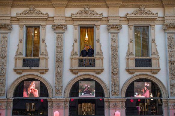 Il duo MASBEDO composto da Nicolò Massazza e Iacopo Bedogni, al di sopra della Galleria Cracco con la loro videoinstallazione, Romans Roman (Hommage à Roman Signer),2018. Courtesy the artists, Galleria Cracco, Sky Arte, photo by Carmine Conte