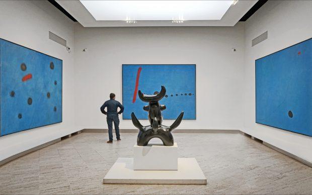Joan Miró, Triptyque: Bleu I, II, III e (in primo piano) L'oiseau lunaire, 1966, veduta della mostra al Grand Palais di Parigi, photo by Jean-Pierre Dalbéra, fonte Flickr
