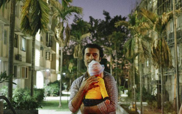 Majlend Bramo, Il signor Kaizad tiene in braccio il suo bambino, 2017