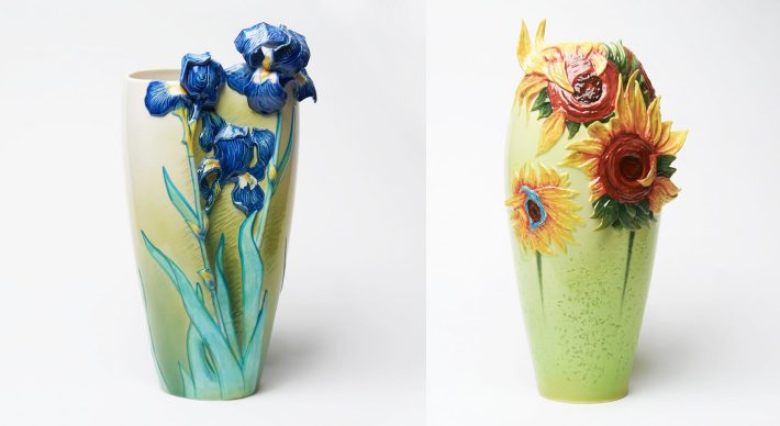 METTETE UN VOSTRO FIORE... TRA I FIORI DI VAN GOGH  Arte e fiori: un binomio che a Natale può trovare un punto di incontro in un oggetto decorativo, destinato alla casa o all'ufficio. Decorato con fiori tridimensionali e realizzato in porcellana, il vaso ispirato agli iris di Vincent van Gogh è stato disegnato in esclusiva da Brian Wu per Franz Collection, azienda leader del settore. E, naturalmente, appartiene alla stessa serie anche la versione legata ai celeberrimi girasoli. Alto 47 cm, anche questo vaso è in vendita nello store ufficiale del Van Gogh Museum Amsterdam.