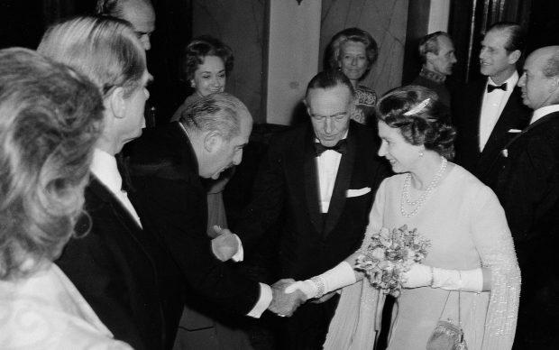 3 marzo 1976 Grassi e La regina Elisabetta II Inghilterra al covent Garden di Londra in occasione della tournè della Scala