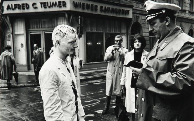 Günter Brus Wiener Spaziergang 1965/89 stampa in gelatina di argento su cartone 60x50 cm ciascuna Foto Fabio Fantini