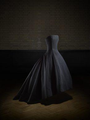 Soirée de décembre, evening dress, Autumn-Winter 1954 Haute Couture collection, H line. Victoria and Albert Museum, London. Gift of Dame Margot Fonteyn. Photo © Laziz Hamani