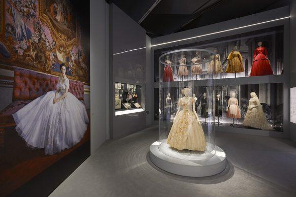 V&A, Christian Dior Designer of Dreams exhibition -Dior in Britain section (c) ADRIEN DIRAND