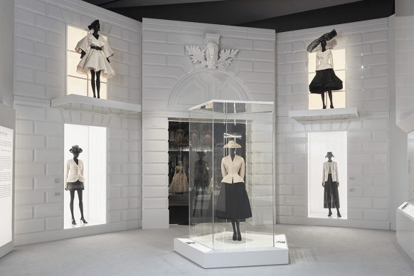 V&A, Christian Dior Designer of Dreams exhibition - The New Look section (c) ADRIEN DIRAND