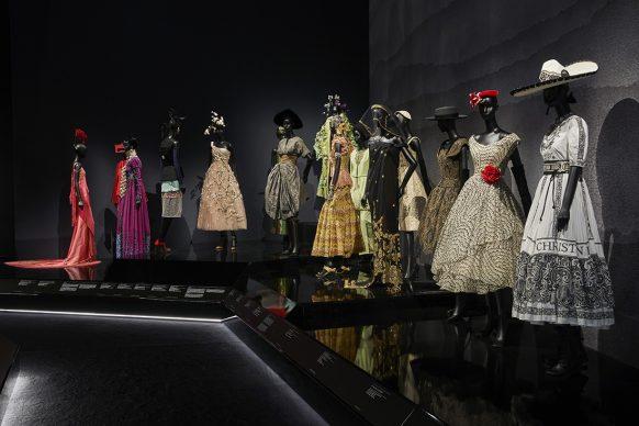 V&A, Christian Dior Designer of Dreams exhibition - Travels section (c) ADRIEN DIRAND