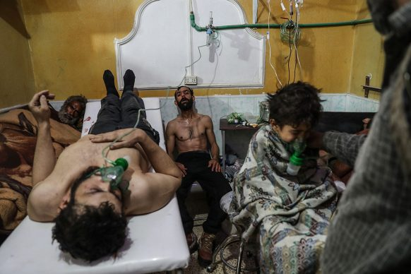 Mohammed Badra/European Pressphoto Agency, Persone colpite da attacco con gas nel villaggio di al-Shifunieh, nella Ghouta orientale, in Siria, ricevono cure; febbraio 2018. World Press Photo of the Year - Shortlisted