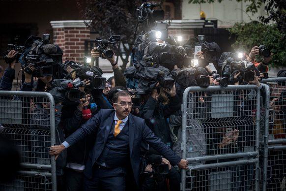 Chris McGrath/Getty Image, Il giornalista e dissidente saudita Jamal Khashoggi è stato ucciso nella sede del consolato dell'Arabia Saudita a Istanbul, in Turchia: giornalisti e fotografi vengono trattenuti da un addetto, ottobre 2018. World Press Photo of the Year - General news - Singles - Shortlisted
