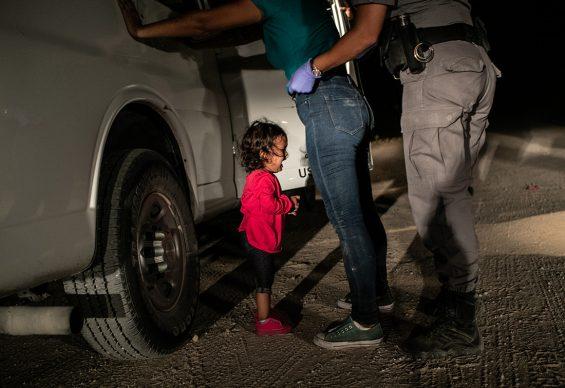 John Moore/Getty Images, Una bambina di due anni dell'Honduras piange mentre la madre viene perquisita e trattenuta sul confine tra Stati Uniti e Messico a McAllen, Texas, giugno 2018. World Press World Photo of the Year - Shortlisted