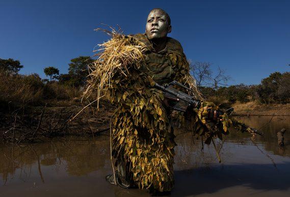 Brent Stirton/Getty Images, Una donna membro dell'unità anti-bracconaggio femminile Akashinga si addestra nel Phundundu Wildlife Park, in Zimbabwe. World Press Photo of the Year - Environment - Singles