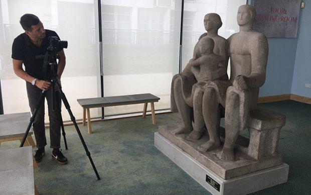 Il fotografo Jaron James documenta il gruppo scultoreo Harlow Family Group di Henry Moore. Photo Credits: Art UK