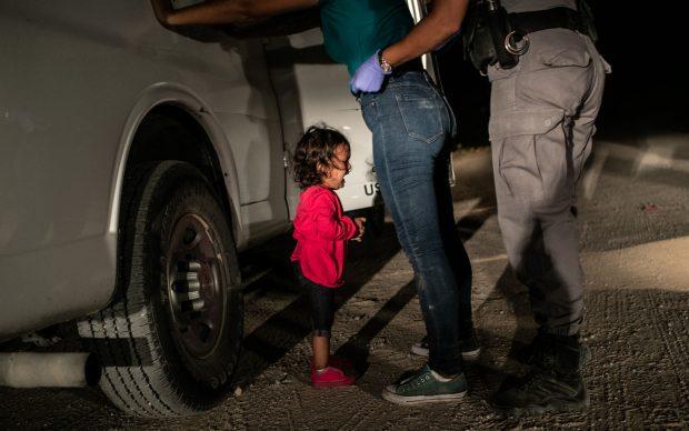 John Moore - Getty Images, Una bambina di due anni dell'Honduras piange mentre la madre viene perquisita e trattenuta sul confine tra Stati Uniti e Messico a McAllen, Texas, giugno 2018