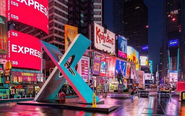 X by Reddymade Times Square New York installazione San Valentino
