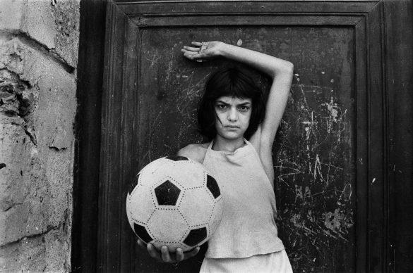 Letizia Battaglia, La bambina con il pallone, 1980 © Letizia Battaglia