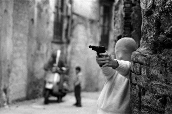 Letizia Battaglia, Palermo, vicino la Chiesa di Santa Chiara. Il gioco dei killer, 1982 © Letizia Battaglia