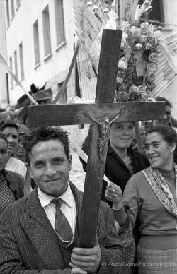 Ando Gilardi, Serie PELLEGRINAGGIO, Tricarico (MT), 1957 © Ando Gilardi/Fototeca Gilardi