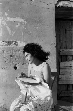 Letizia Battaglia, La ricamatrice, 1987, Montemaggiore Belsito © Letizia Battaglia