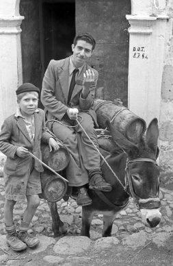 Ando Gilardi, Acqua corrente a dorso d'asino, Melissa (Crotone), 1954 © Ando Gilardi/Fototeca Gilardi
