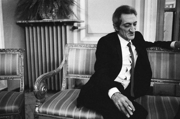 """Letizia Battaglia, Il poeta Edoardo Sanguineti in una pausa durante il convegno su """"Il senso della letteratura"""" ospitato al Grand Hotel delle Palme, 1984, Palermo © Letizia Battaglia"""