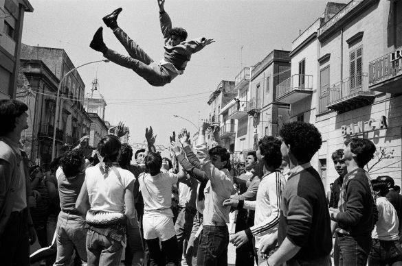 Letizia Battaglia, Domenica di Pasqua, Festeggiamenti per incitare l'uscita della statua di San Michele patrono di Caltabellotta, 1984 © Letizia Battaglia