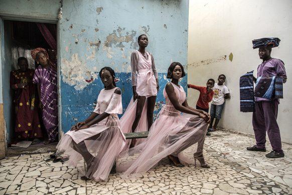 Finbarr O'Reilly, A Dakar Diarra Ndiaye, Ndeye Fatou Mbaye e Malezi Sakho indossano tre abiti della designer senegalese Adama Paris attirando la curiosità dei residenti, dicembre 2018. Portraits - Singles - Shortlisted