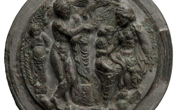 Teca di specchio in bronzo che raffigura il piccolo Dioniso affidato alle cure di una delle sue nutrici. Dalla Collezione Castellani, inizi del III sec. a.C.