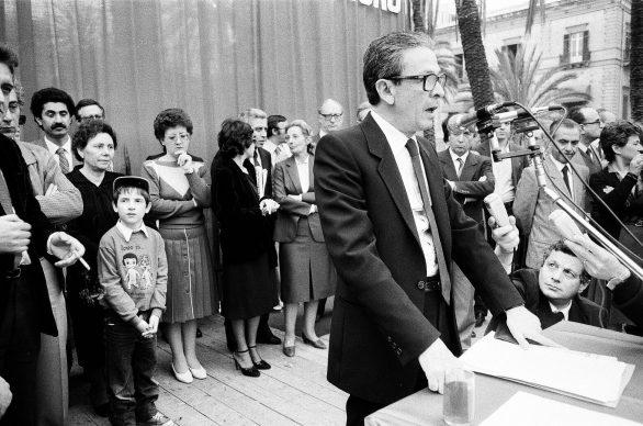 Letizia Battaglia, Il segretario del PCI Enrico Berlinguer pronuncia il suo discorso nel corso del comizio del PCI in Piazza Politeama,1983, Palermo © Letizia Battaglia